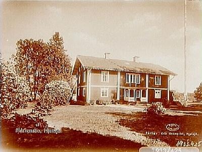 Tvåvånings bostadshus med veranda och förstuga, före detta prästgård och pensionat. Bilden beställd till vykort.