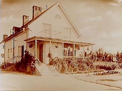 Envånings villa med inredd vind, stor veranda på husets kortsida. Fröken Signhild Geffeken