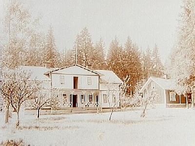 En och en halvplans bostadshus med frontespis, veranda och balkong, Lilla Hotellet. Envånings bostadshus. Bilden tagen från parken. Fru Elin Elander.
