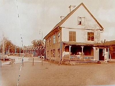 Hamnplan, Örebro. Örebro Nya Rederibolaget. Tvåvånings bostadshus med stor veranda på gaveln. Gamla hamnkontoret.