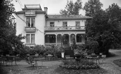 Fågelsång Vivs, Tittade på idrottsplutonen 23 sept 1967  Fågelsångs kafé i Adolfsberg, och framför huset ser man en blomrabatt och trädgårdsmöbler.