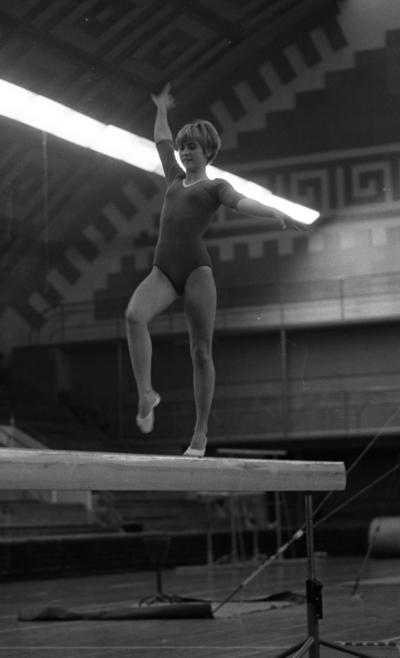 Gymnastik, 7 november 1966  Gymnasten Kicki Jedbäck går balansgång på en bom.