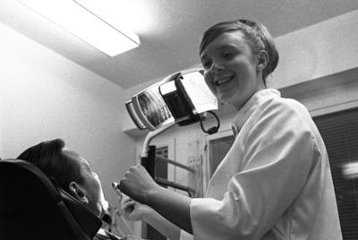 Hon är tandtrollens skräck.  Wendy Tudor är en av få tandhygienister i Örebro, där hon arbetar såväl privat som offentligt./IT