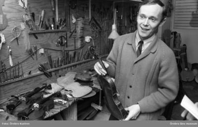 Familjen Söderström, fiolbyggare. 19690314  Far och son tillverkar fioler i Örebro. De har bl.a. danske artisten Svend Asmussen som kund.