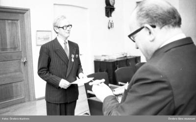 Fjugesta möbler, 4 december 1975.  Klaessons möbler i Fjugesta uppmärksammas av landshöding Harald Aronsson för sina internationella möbelarbeten.