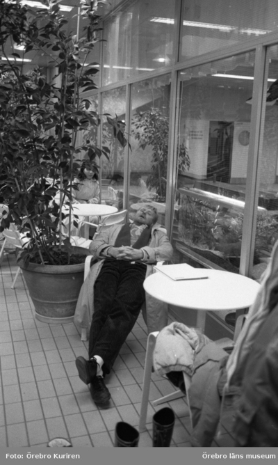 Brickebacken invigs 23 november 1987  På bilden ser man en man i rock ligger bakåt i en stol och sover.