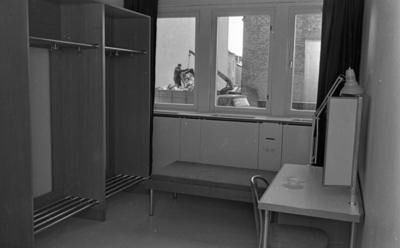 Teatervisning (forts.) den 27 februari 1965.  Garderob på Hjalmar Bergmanteatern. Utanför fönstret i bakgrunden skymtar en arbetare. 59.26585, 15.21948