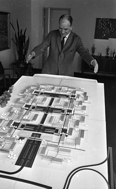 Nytt bostadsområde Oxhagen den 24 februari 1965.  Arkitekt förevisar byggnadsmodell.