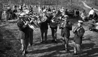 Orubricerad, Oscarianskt, Bara skämt, KF distrikt årsmöte 17 maj 1967  Sex herrar spelar mässingsinstrument i en park en solig dag. De är klädda i vita halmhattar, svarta kavajer, ljusa byxor och skor. De står i en halvcirkel mitt på en gräsmatta. Publik sitter vid bord och tittar på.