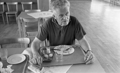 Kembels slutar, Blå stjärnan, 8 juli 1967  En man sitter vid ett bord med en bricka framför sig. Han är klädd i en kortärmad T-tröja. En bricka står framför honom på bordet. På denna står en tallrik, bestick, en uppläggningsfat i metall med två potatisar i, en assiett, salt, peppar och ett glas. En påse tobak ligger också på bordet. En annan bricka står brevid mannen på ett annat bord till vänster.