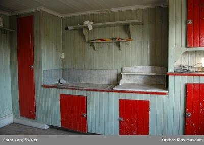 Dokumentation av grindstugorna vid Segersjö herrgård. Norra grindstugan, interiör av köket med köksbänk, hyllor och skåp.