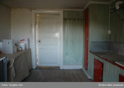 Dokumentation av grindstugorna vid Segersjö herrgård. Norra grindstugan, kökets södra vägg med dörren till förstugan.
