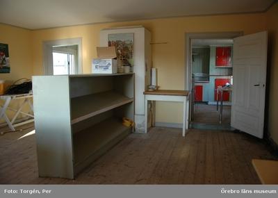 Dokumentation av grindstugorna vid Segersjö herrgård. Norra grindstugan, interiör av kammaren med murad spis och sikt in till köket.