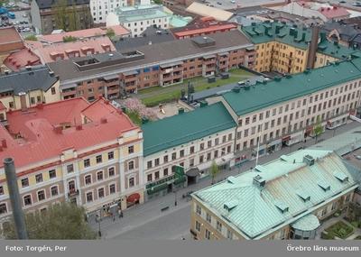 Bilder tagna under renoveringen av tornet på Nikolaikyrkan 2005. Utsikt från Nikolaikyrkans torn över Drottninggatan,  bostadshus och affärsbyggnader.