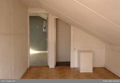 Dokumentation av fastigheterna Längan 9 och 23. Rumsinteriör, rum i lägenhet på vindsvåning, Fabriksgatan 12, del A. Dnr: 2006.250.366