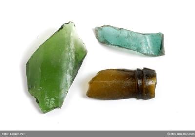Föremål påträffade vid restaureringen och konserveringen år 2006 av Munkarnas mur, Ramundeboda kloster, fornlämning nr. 8. Föremål nr. 2: 3 glasbitar, varav en mynningsbit av en glasflaska (typ pilsnerflaska). Mått: l. 5,5-7,7 cm; br. 1,5-5 cm. Exempel på lösfynd från södra murens västligaste del, som var omlagd och kallmurad. Dnr: 2003.230.145 Dessa föremål har endast förtecknats och fotografats, varefter de slängts. (En del av föremålen har tagits emot av ÖLM och införlivats i museets samlingar, ÖLM 38.767:1-2, ÖLM 38.768:1-2 och ÖLM 38.769)
