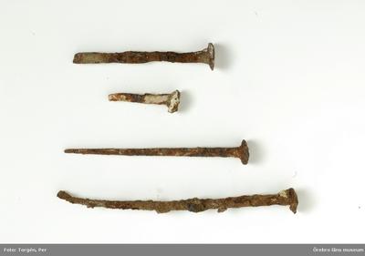 Föremål påträffade vid restaureringen och konserveringen år 2006 av Munkarnas mur, Ramundeboda kloster, fornlämning nr. 8. Föremål nr. 3: 4 spikar av järn. Mått: l. 3,6-7,6 cm. Exempel på lösfynd från södra murens västligaste del, som var omlagd och kallmurad. Dnr: 2003.230.145 Dessa föremål har endast förtecknats och fotografats, varefter de slängts. (En del av föremålen har tagits emot av ÖLM och införlivats i museets samlingar, ÖLM 38.767:1-2, ÖLM 38.768:1-2 och ÖLM 38.769)