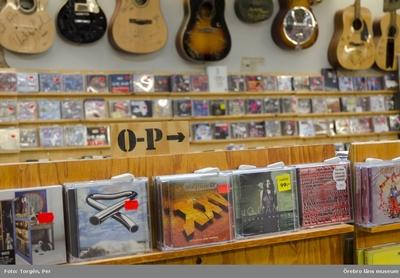 Dokumentation av skivbutiken Najz Prajz på Drottninggatan 30, Örebro, som är Sveriges mest kompletta skivbutiker 2011. Anders Damberg startade skivförsäljning på Järnvägsgatan år 1988. Det började med att Anders sålde sin egen skivsamling i butiken. Sedan flyttade han runt på tre olika adresser på Storgatan. Han kom till Drottninggatan 30 för 12 år sedan. Nu har konkurrensen med piratkopiering och musiktjänster på nätet blivit för stor och verksamheten går inte längre runt. Interiör. 2011-06-08