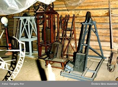 Gruvmodeller. Dokumentation av föremålsfövaring i södra rummet, loftboden i Siggebohyttan. 1998-06-24.