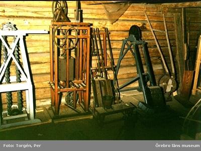 Gruvmodeller. Dokumentation av föremålsförvaring i södra rummet, loftboden i Siggebohyttan. 1998-06-24.