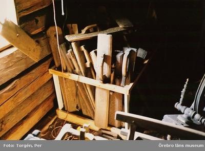 Redskap. Dokumentation av föremålsförvaring i södra rummet, loftbod i Siggebohyttan. 1998-06-24.