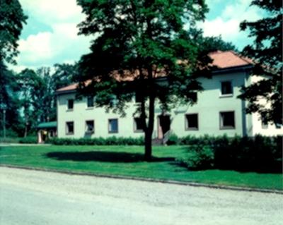 Hjortkvarn, Boo Egendoms kontor med f.d. Hjortkvarns poststation i bakgrunden.  Bilden tagen för vykort.  Förlag: C.O. Janssons Eftr.