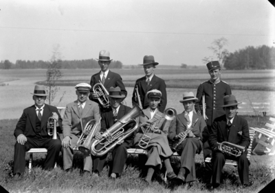 Svennevads musikkår  1930-1940-talet. (Identifieringen av personerna finns i Erik Hallbergs skrift