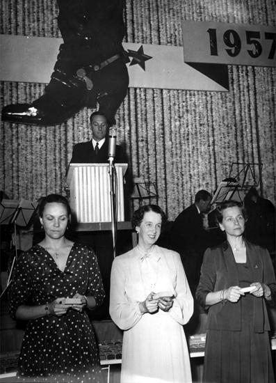 Oscarias 50 årsjubileum på Idrottshuset. Interiör, grupp. Från vänster: fru Knut Åqvist (Tanja), fru Gösta Åqvist och fru Sven Åqvist.