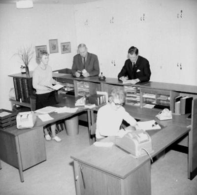 Kontorsinteriör, fyra personer. Metalls avdelning på Medborgarhuset.