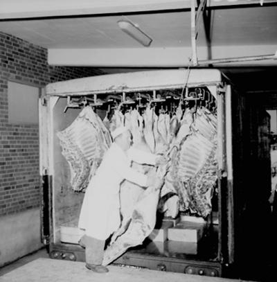 Konsum, charkuteriavdelningen, interiör, köttvagn, en man.