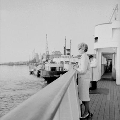 En kvinna på en båt.