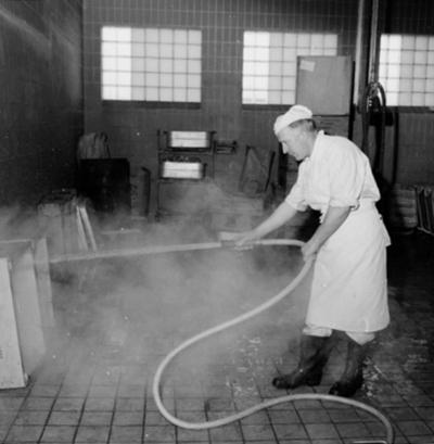 Konsum, charkuteriavdelningen, interiör, backtvätt, en man. Mannen på bilden heter Fred Svensson. Konsum charkuteri hette också Goman och låg på Aspholmen.