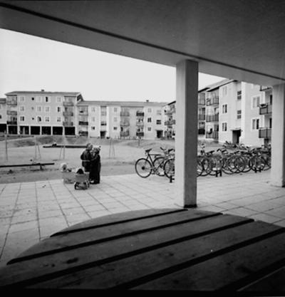 Bostadsområde. Lekande barn. Baronbackarna, Örebro. Arkitekt Alm Ekholm & White