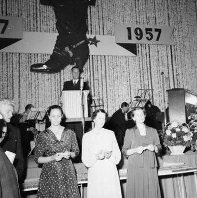Oscarias 50 årsjubileum. Interiör, grupp. Från vänster: fru Knut Åqvist (Tanja), fru Gösta Åqvist och fru Sven Åqvist.
