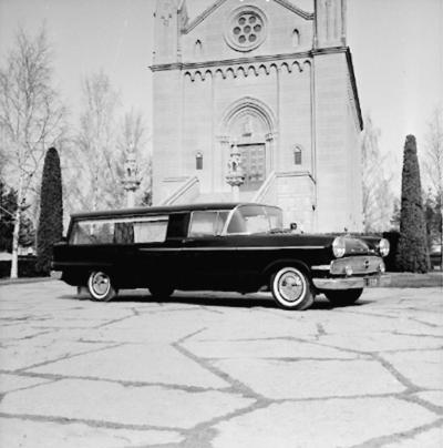 Likbil.  Begravningsföreningen. Bilen står framför gamla krematoriet på Norra kyrkogården. Krematoriet kom till stånd genom en donation av grosshandlare L E Andersson. Invigning 1921. Arkitekt Gustav Lindgren.