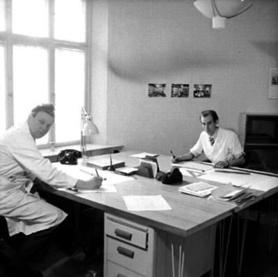 Ahréns Arkitektkontor, interiör, två män vid skrivbordet.