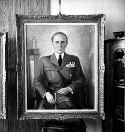 Tavla, oljemålning. Motiv: sittande man, i uniform. Kapten Oscar J. Eriksson