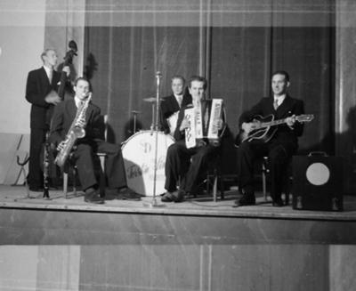 Torsten Linds kvintett, fem män med musikinstrument. Dragspelaren är högst sannolikt Stig Ingemar Halldin, Örebro (1910-1977).