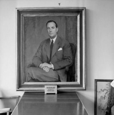 Tavla, porträtt av direktör Gösta Åqvist, gåva på 50 årsdagen, den 20 oktober 1954, från personalen vid Oscaria Skofabrik.