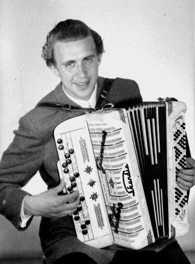 En man med musikinstrument (dragspel).  Gunnar Peters. Hans egentliga namn var Adolf Gunnar Pettersson (1922-2007), men kallade sig när han spelade för Gunnar Peters.
