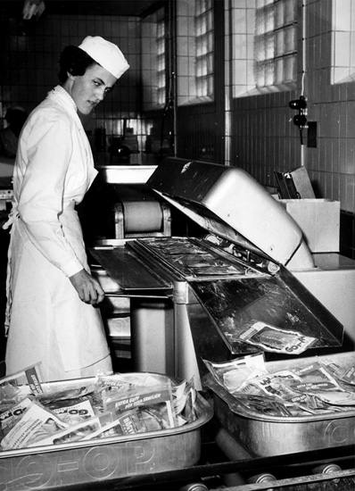 Konsum, charkuteriavdelningen, en kvinna, packning av charkprodukter.
