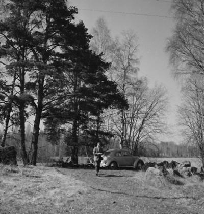 En man vid bilen. Bilden tagen vid Väringen (Ödeby socken).