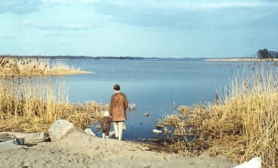 Patrik Borg med sin mamma på väg till Oset 10 maj 1964.