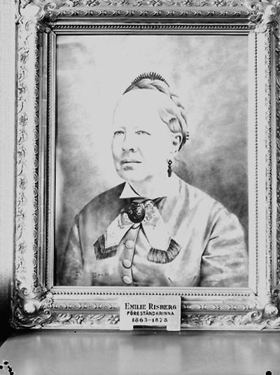 Nämndhuset, tavla (målning). Motiv: en kvinna. Porträtt av  Emelie Risberg, föreståndarinna 1863 - 1873.