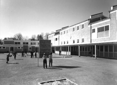 Skolbyggnad, lekande barn på skolgården. Baronbackarna, Örebro. Arkitekt Alm Ekholm & White