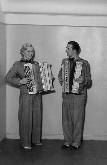 En man och en kvinna med musikinstrument (dragspel).  Märta Sofia Hellman (1912-2007) och Gösta Teodor Hellman (1906-1997).