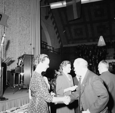 Oscarias 50 årsjubileum. Interiör, grupp. Från vänster: fru Knut Åqvist (Tanja) och fru Sven Åqvist.