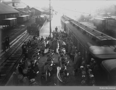 Tyskt invalidtåg vid Centralstationen i Örebro. I3:s musikkår. Musikdirektör Björkqvist. Bilden tagen troligen mellan 1915-1918.