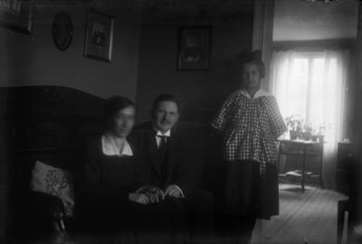 Rumsinteriör, tre personer. Olga Pettersson (givarens faster) med blivande man Petrus Sjöqvist och en flicka.