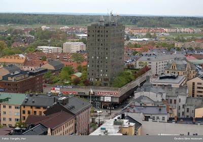 Bilder tagna under renoveringen av tornet på Nikolaikyrkan 2005. Utsikt från Nikolaikyrkans torn mot söder. Krämaren, bostadshus, m.m.